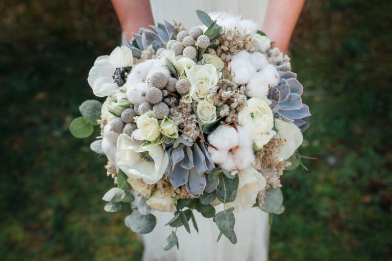 Bouquet de mariée aux douces couleurs de l'hiver. Inspiration 2019 - Stéphanie Lapierre Photographe Mariage  #bouquet #bouquetdemariee #hiver #mariagehiver #fleurs #anémone #inspirationmariage2019